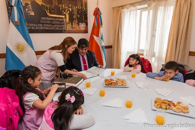 Arcando compartió un desayuno con docentes y alumnos del Jardín N° 7