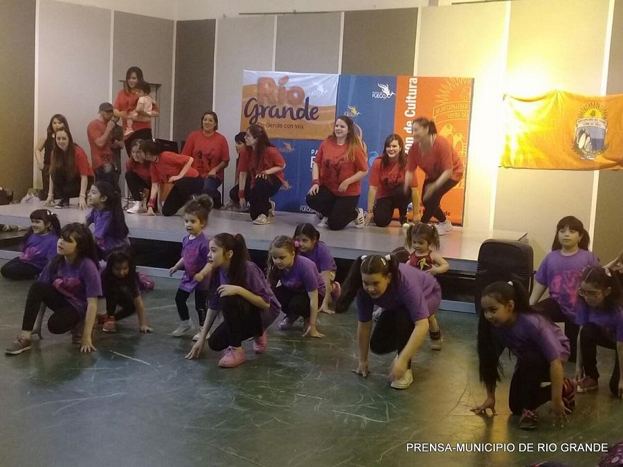 Bailarines de folklore y Hip Hop de Río Grande se presentarón en Festival de danzas de Ushuaia