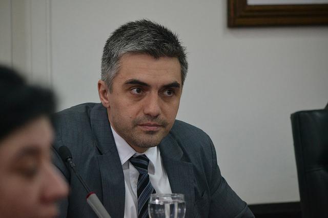 El concejal Paulino Rossi, y un gesto con los trabajadores municipales