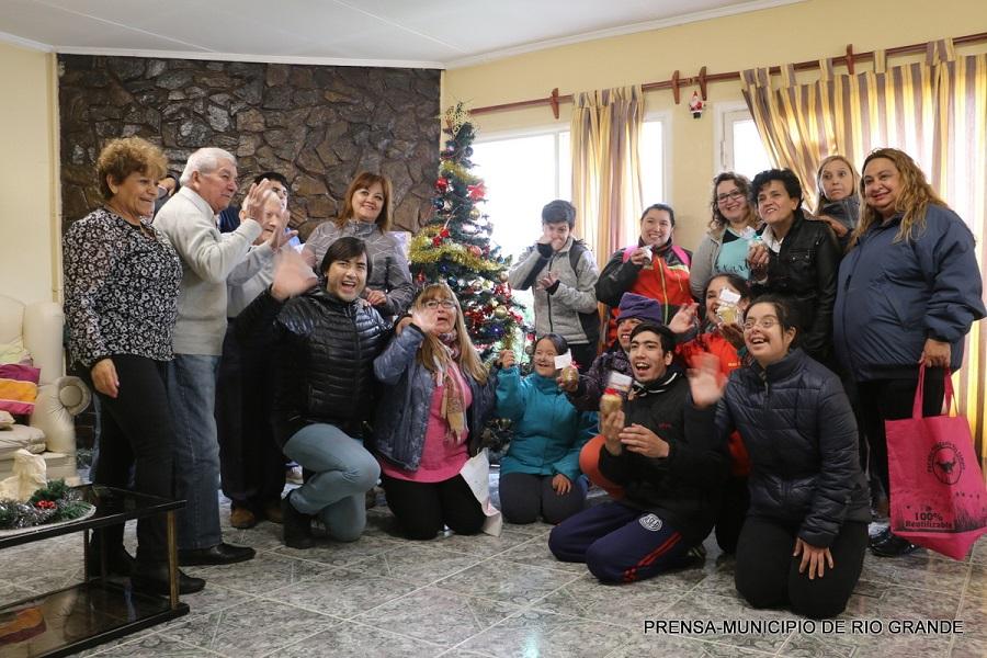 Alumnos del CAAD entregaron pan dulces a vecinos de la ciudad