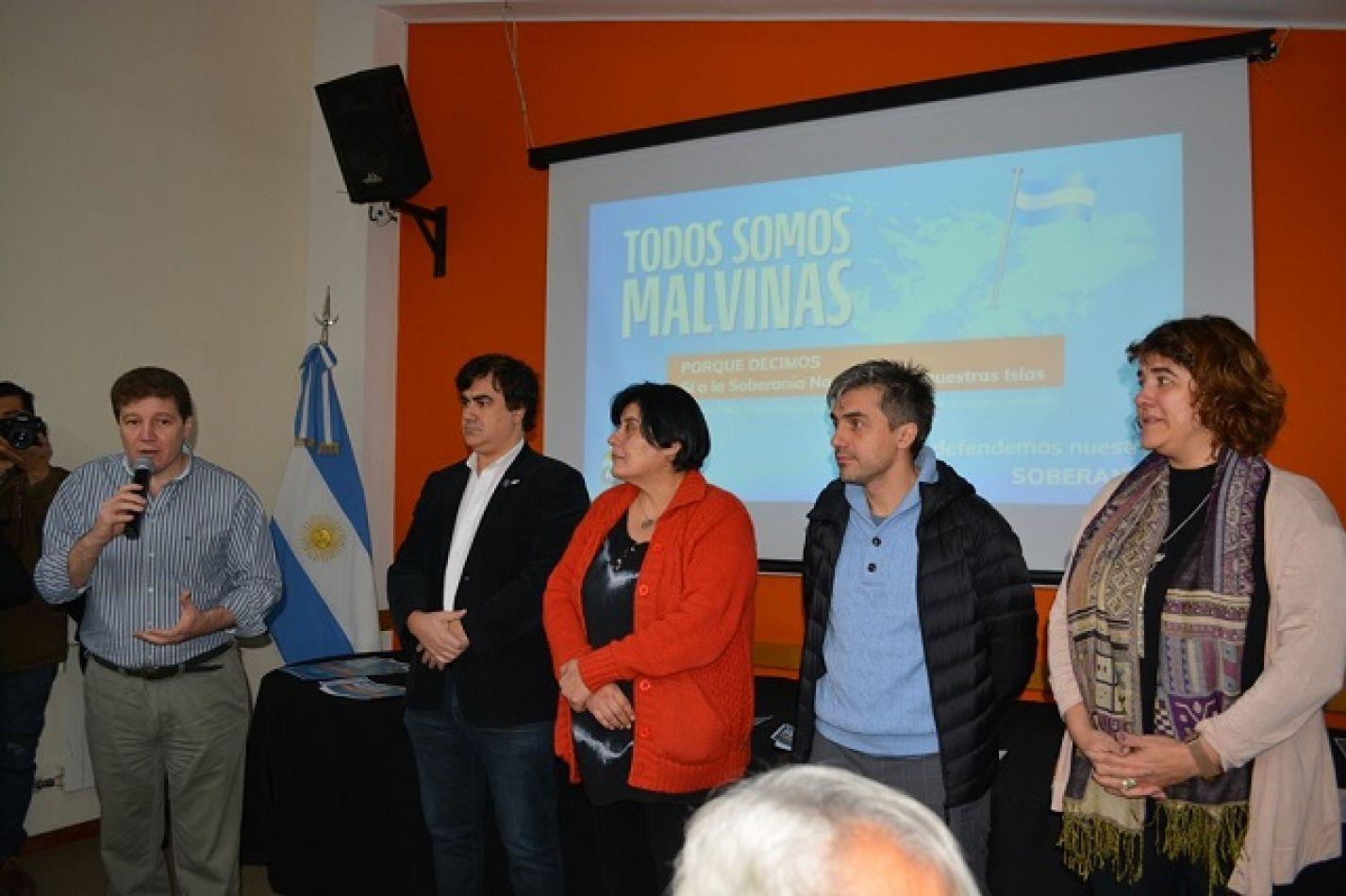 Concejales junto a Melella en la presentación del pedido de informe.