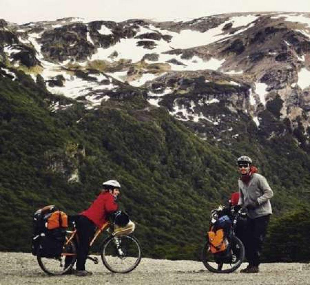La pareja viaja en bicicleta desde Ushuaia hacia Alaska.
