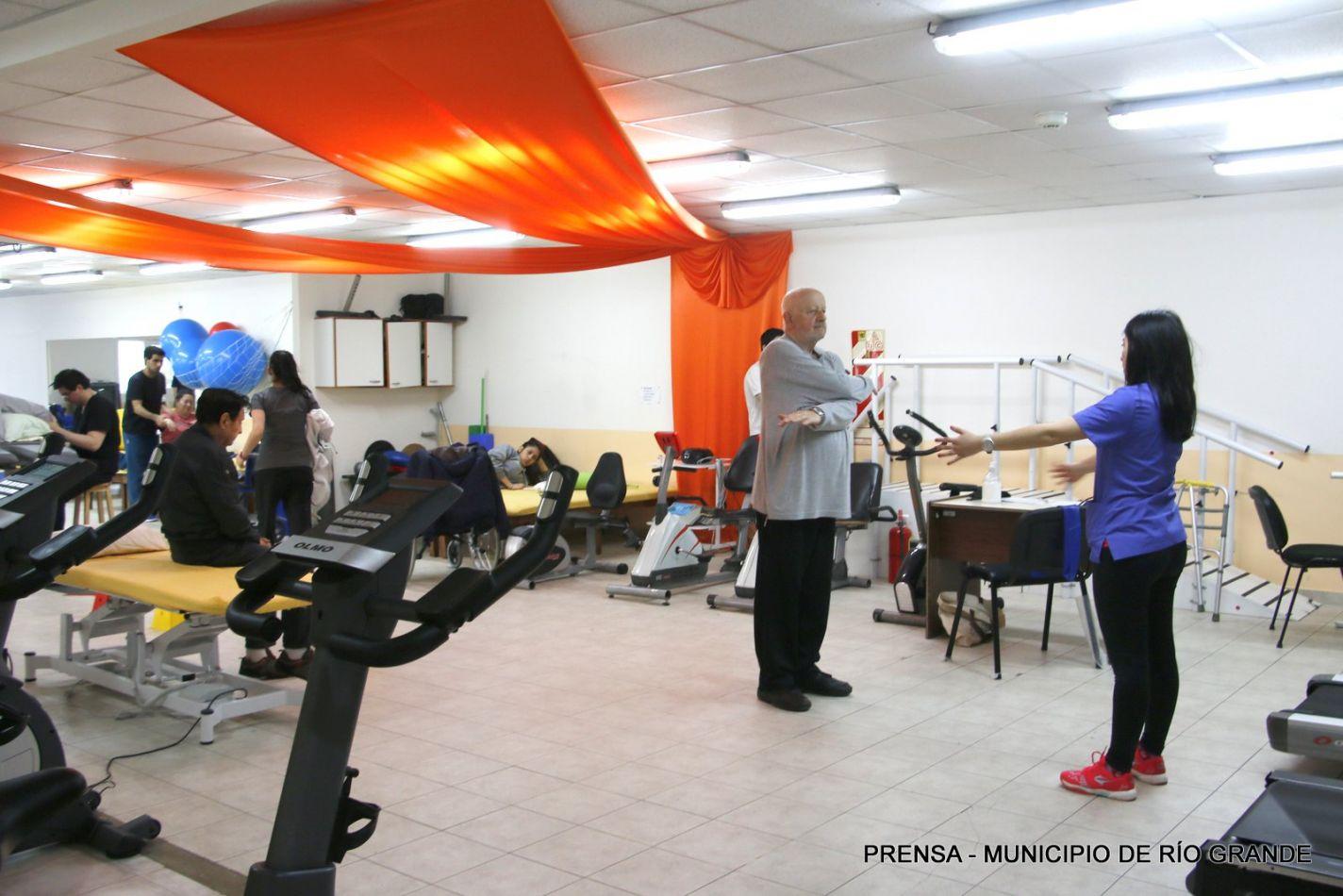 Centro de Rehabilitación Mamá Margarita vestida de naranja