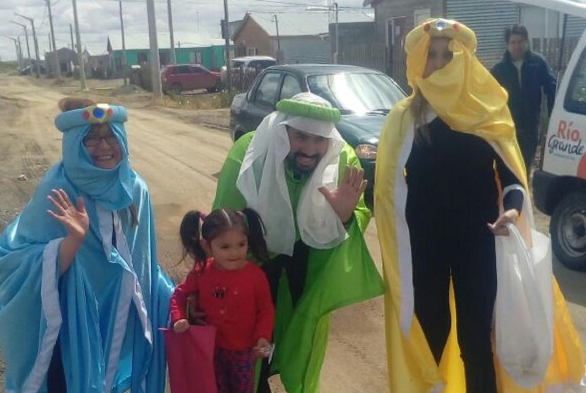 Los Reyes Magos recorrieron la ciudad repartiendo regalos entre los niños