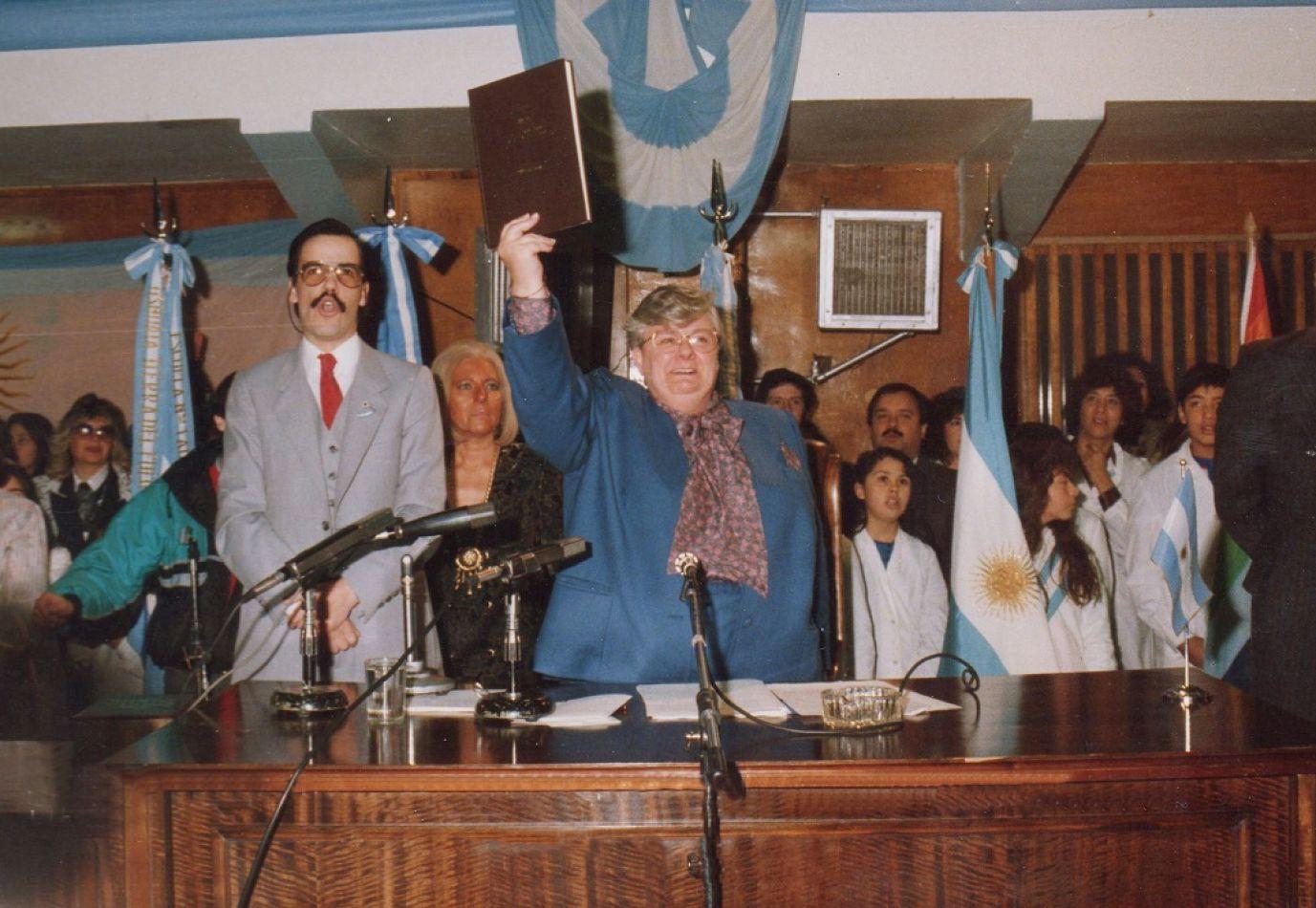 Momento en que Elena Rubio de Mingorance juraba la Carta Magna provincial.