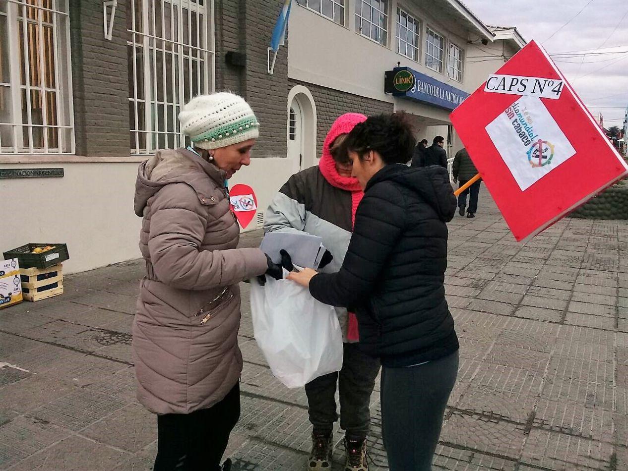 La Dra. Franchini entrega folletería en las calles de Río Grande.