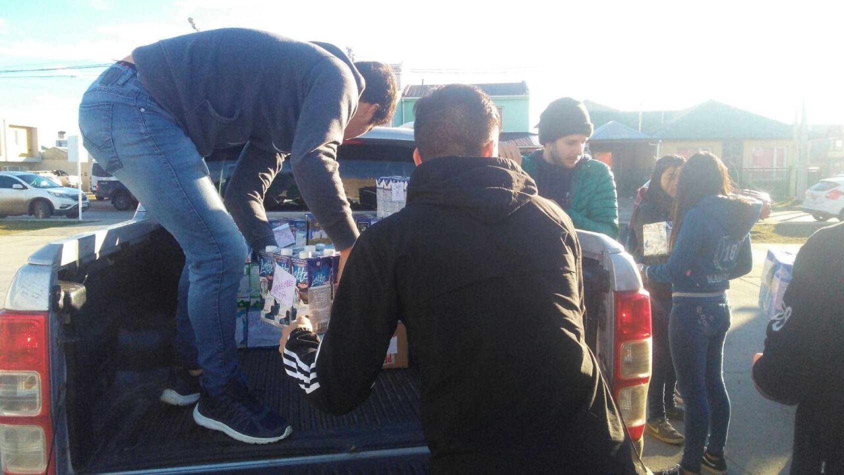 Estudiantes entregan leche recolectada  en las Olimpíadas Estudiantiles