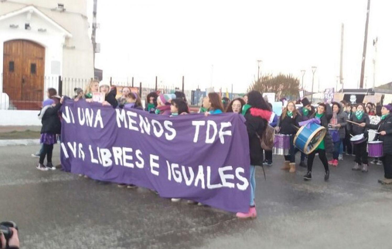 Un grupo de feministas marchó por las calles de Río Grande.