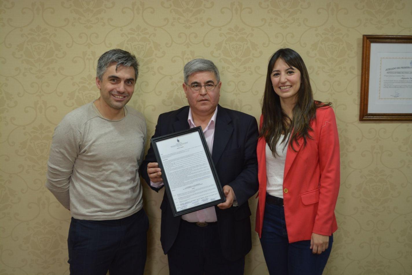 Los concejales Colazo y Rossi entregaron el decreto a su Director Alberto Centurión