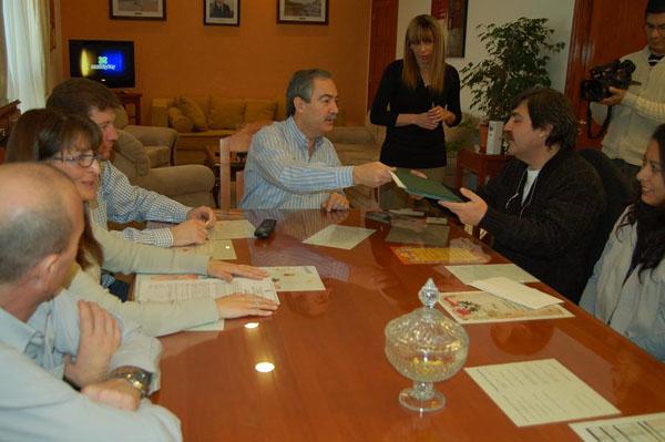 Jorge Martín entrega la documentación a Jorge Cureda.