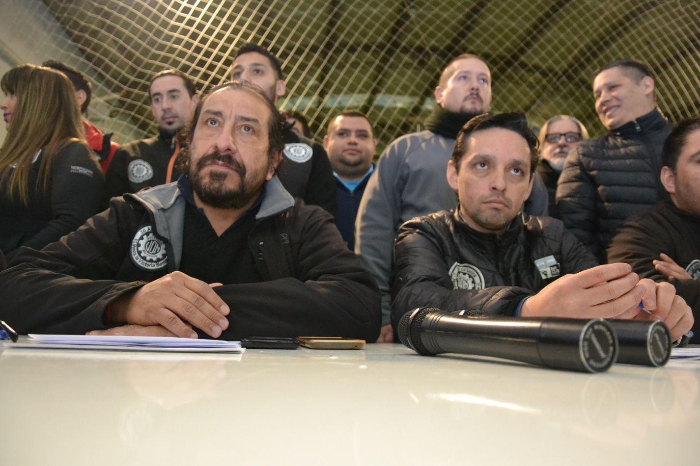 Oscar Martínez junto a Marcos Linares y otros dirigentes brindaron una conferencia de prensa en el gimnasio de la UOM.