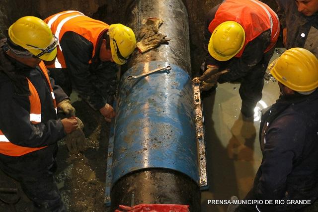 Personal municipal reparó un acueducto en horas de la noche