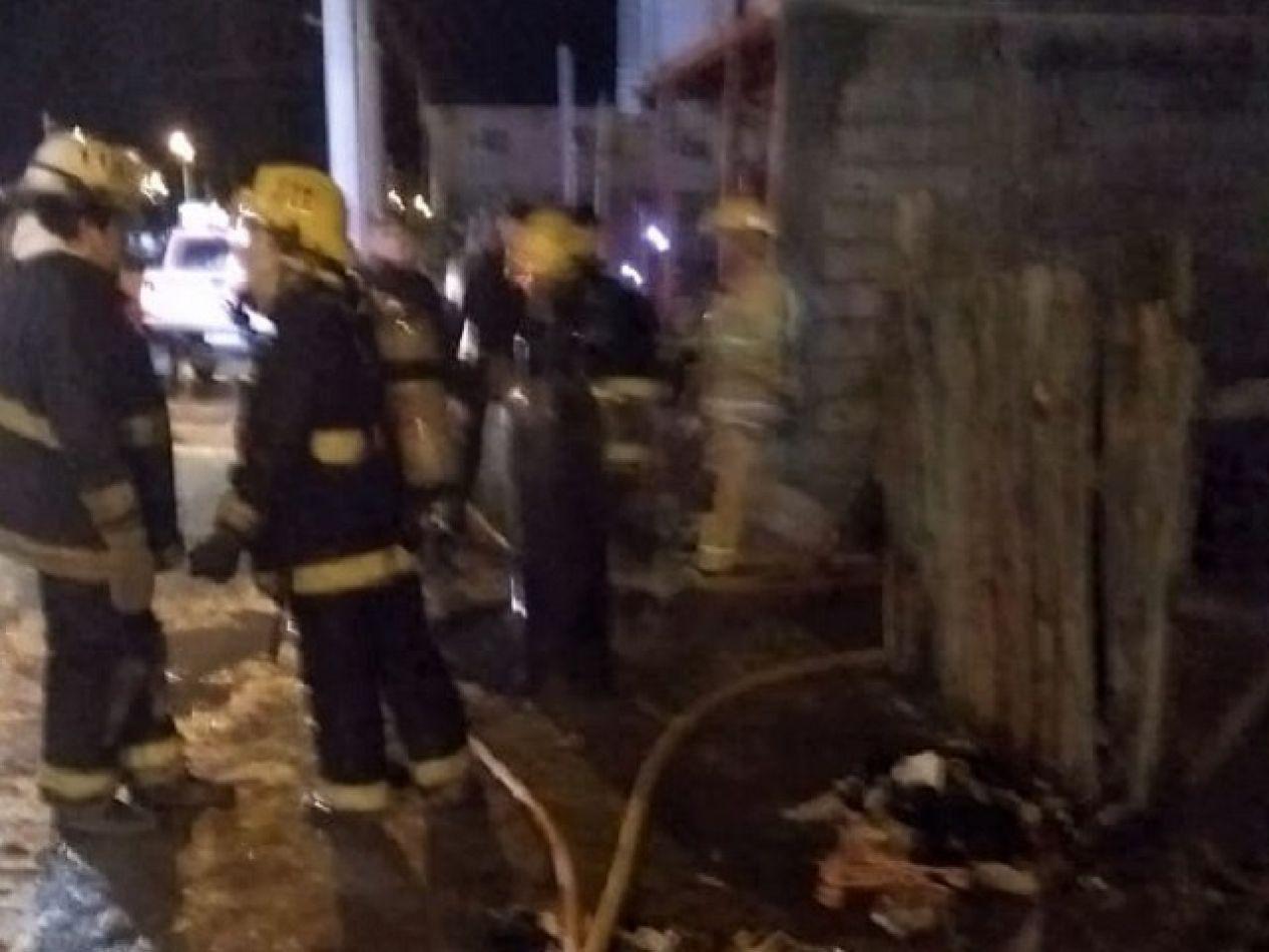 Bomberos trabajaron arduamente para controlar las llamas.