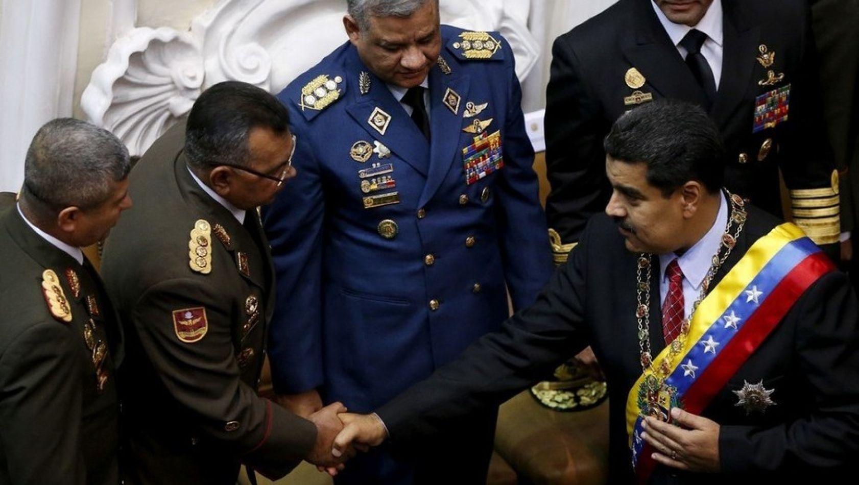 Nicolas Maduro con el minitro Reverol que informó sobre el trágico episodio.