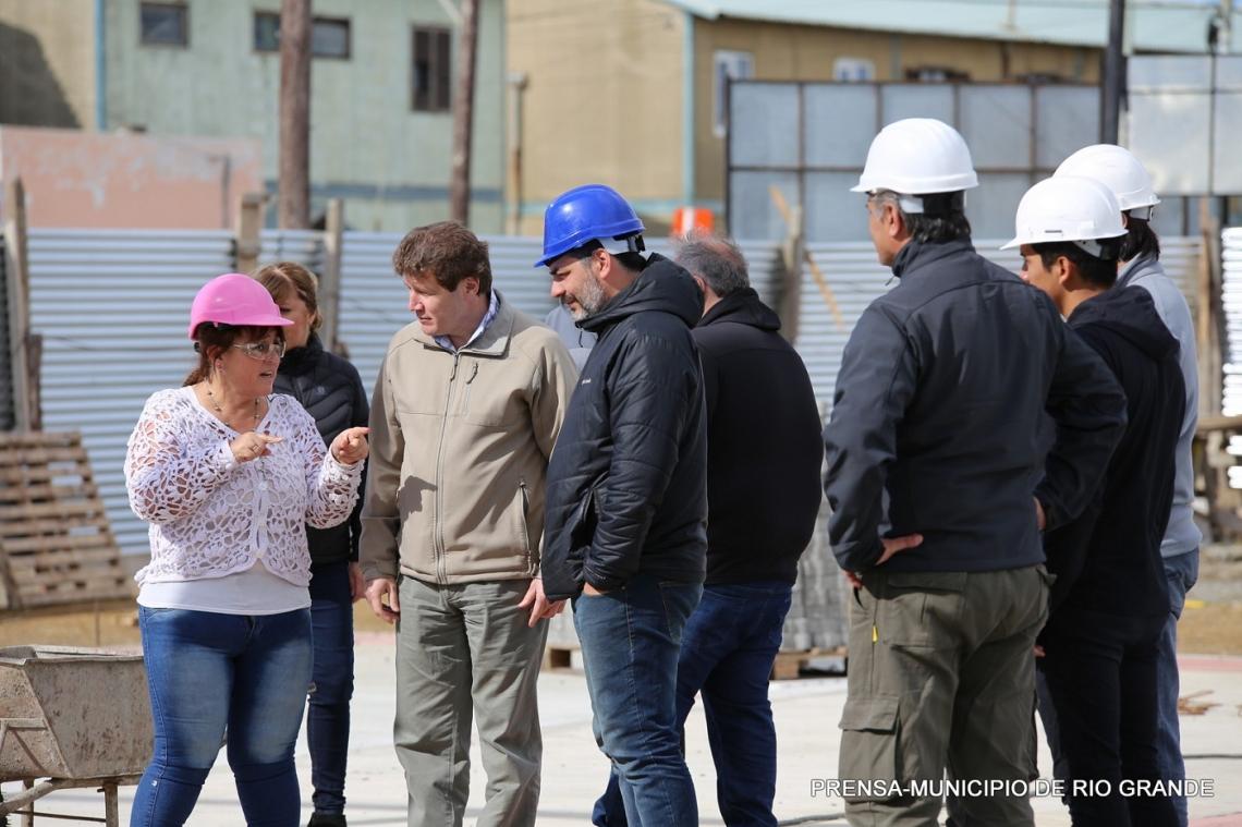 El intendente Melella visitó la construcción de la nueva plaza del intevu