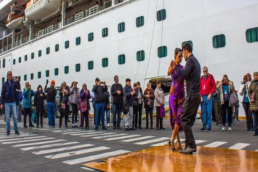 Turistas fueron recibidos en el puerto de Ushuaia a puro tango