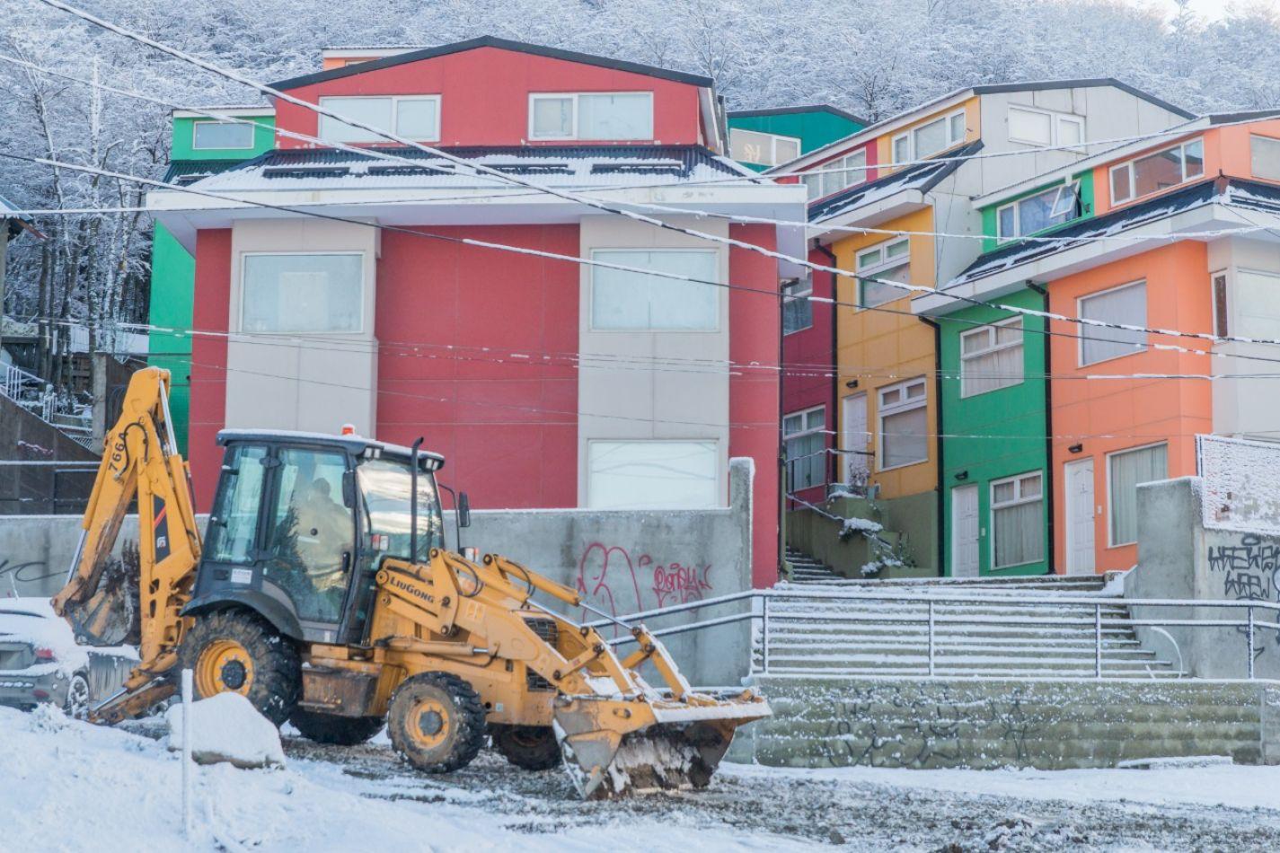 Máquinas quitan la nieve en toda la ciudad.