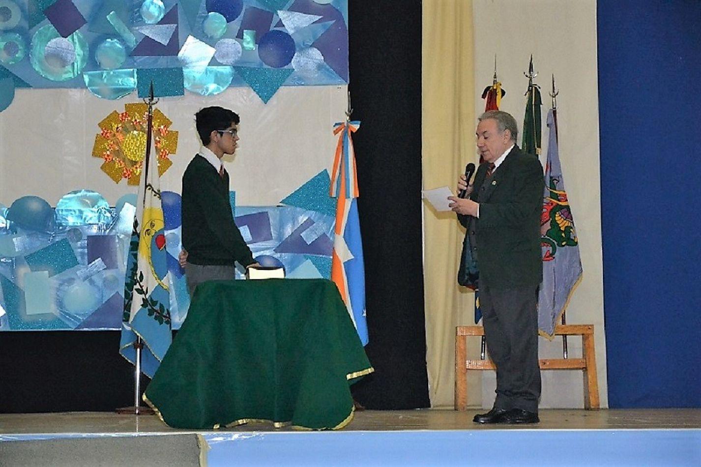 Un alumno del CIERG promete lealtad a la bandera.