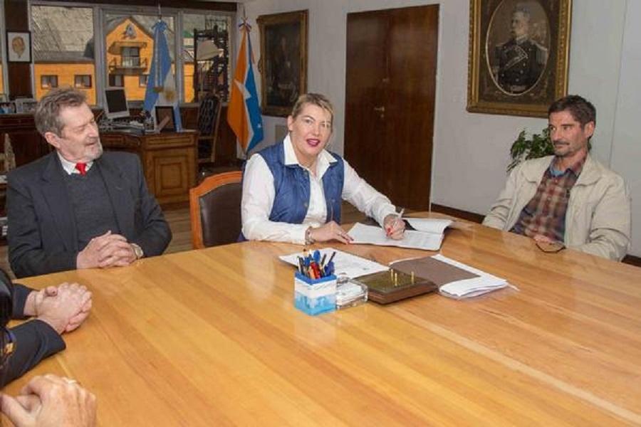 Gobierno firmó contrato de obra para el gimnasio del Colegio Monseñor Alemán