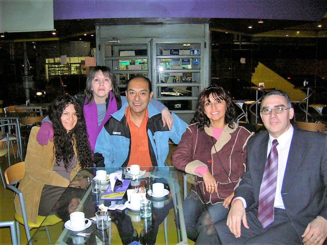 En la imagen, los protagonistas de la primera juntada a la que se convocó para festejar el Día del Locutor. Fue en el café EPA en 2008. En la foto: Ma