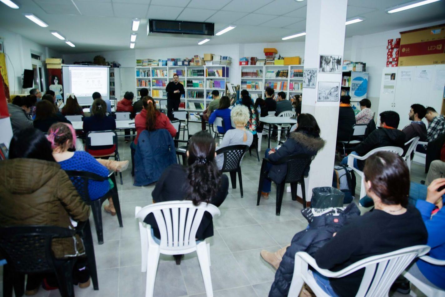 Alumnos del CENT 11, en la disertación de Pablo Cabas.