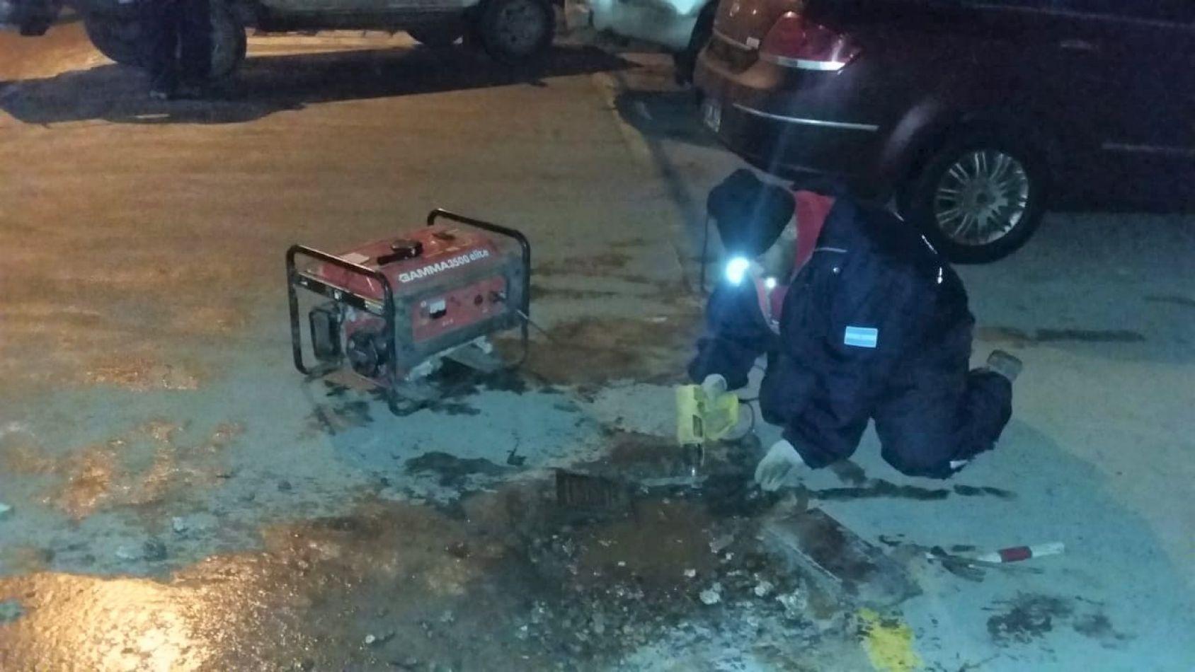 Obras Sanitarias auxiliando a vecinos con problemas de congelamiento en sus cañerías domiciliarias