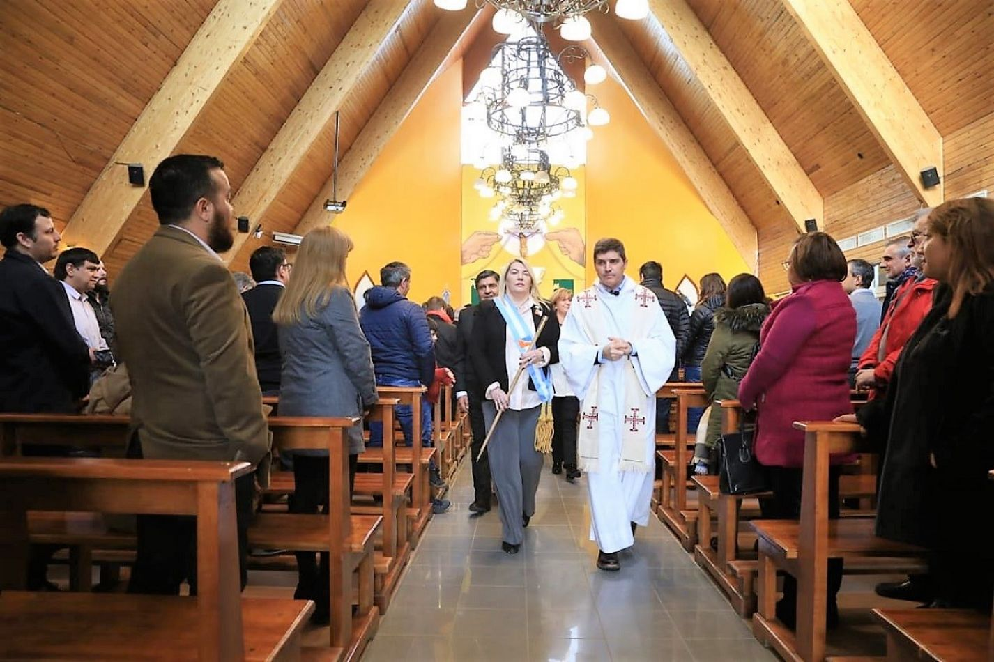 La gobernadora Bertone junto al Padre Aldo Marcos Moschetta.