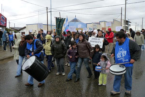 SUTEF movilizó a los docentes por las calles de Río Grande.