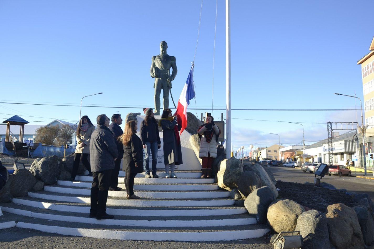 Integrantes de la colectividad francesa izaron el pabellón de Francia.