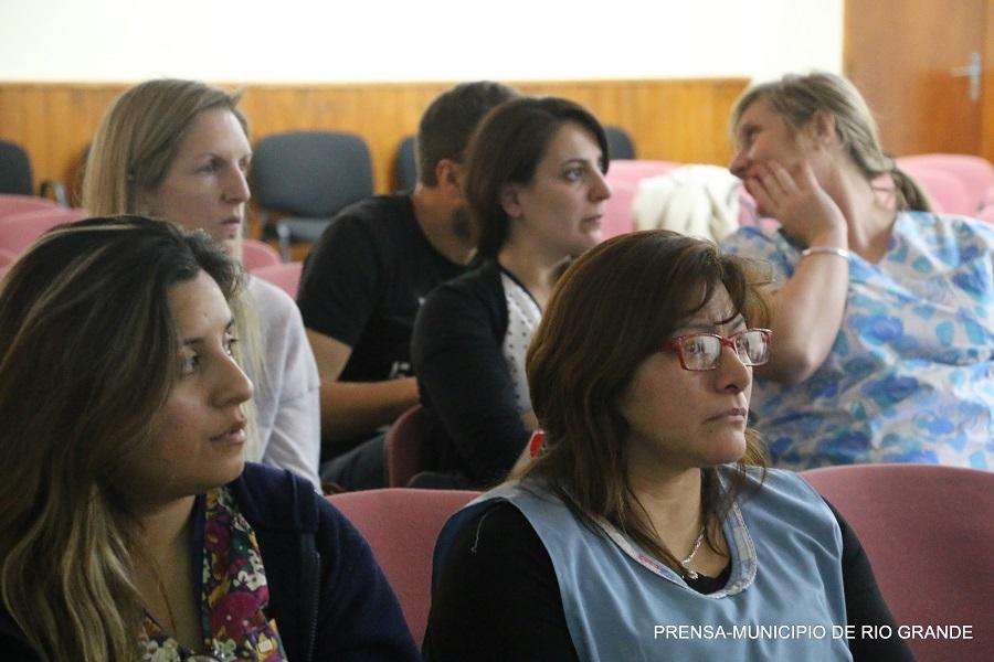 Personal municipal se capacita para facilitar el desenvolvimiento de persona con diversidad funcional