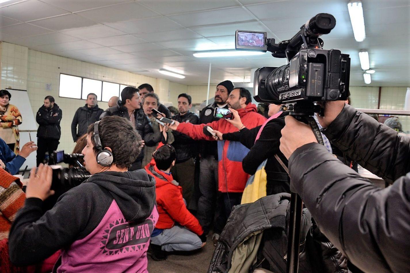 Trabajadores de Audivic se concentraron en la puerta del Ministerio de Trabajo. Hoy a las 10:00 habrá una nueva audiencia. (Foto: Javier Puebla).