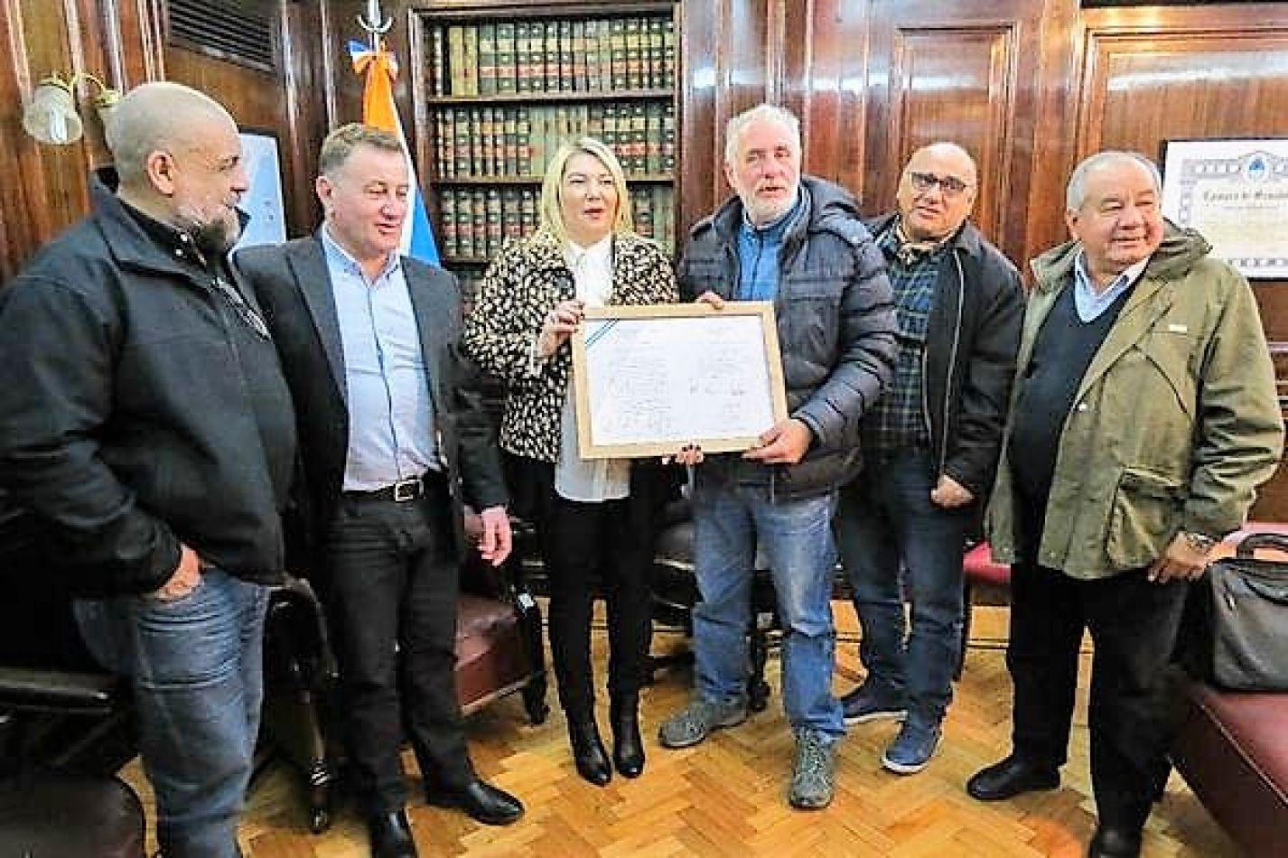Bertone entrega a Rada la Declaración de Interés provincial.