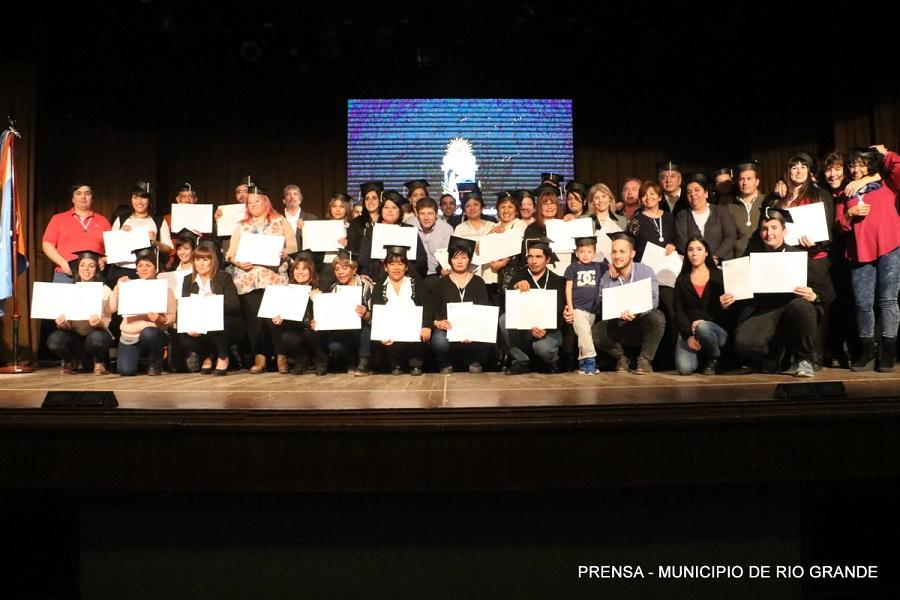 Escuela Municipal de Formación Pública: Melella felicitó a los más de 60 egresados