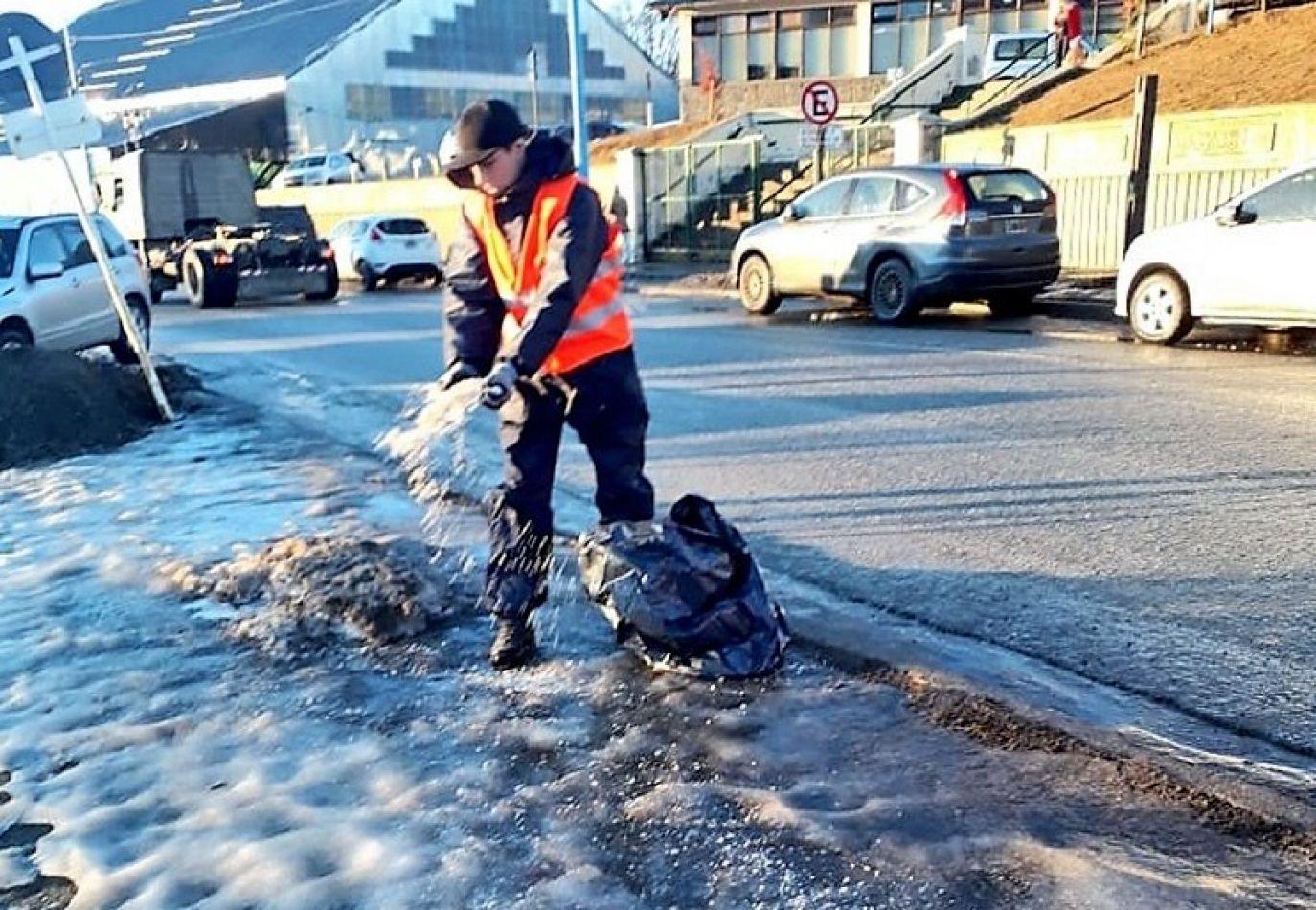 Limpian el hielo de los espacios públicos en Ushuaia.