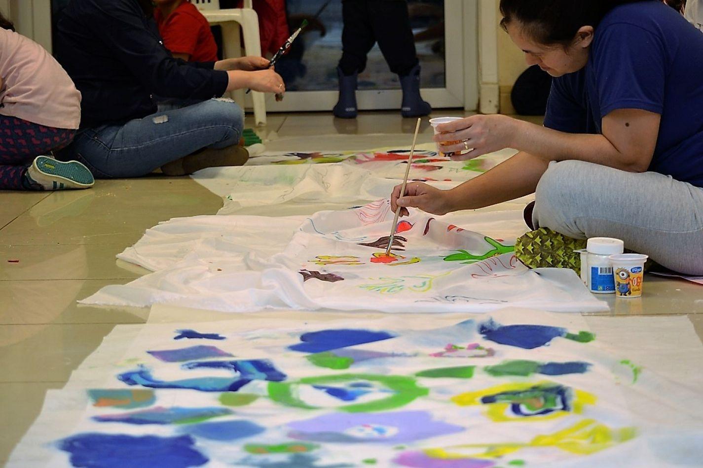 El taller de Artes Plásticas, que se dicta en Yaganes es compartido por la familia.