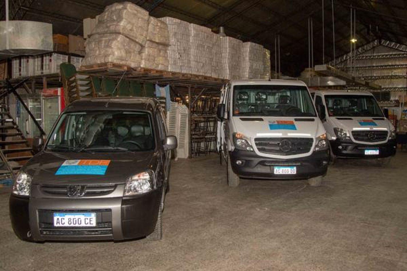 Gobierno entregó 3 vehículos al personalde maestranza y Servicios POMyS  encargados de la distribución de alimentos a escuelas