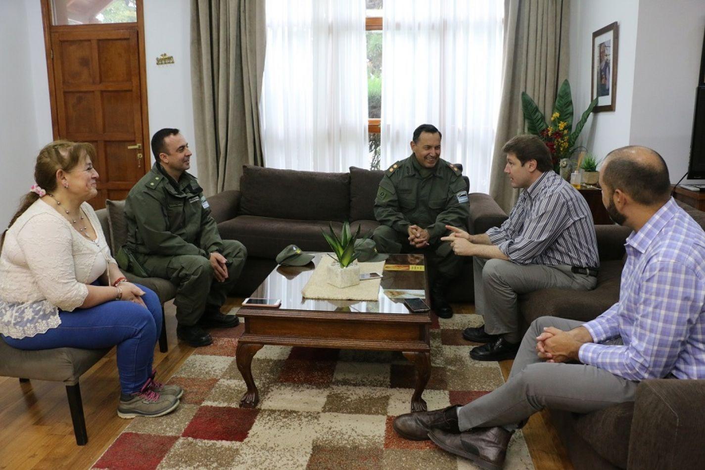 Gustavo Melella con el Jefe de la Región Séptima de Gendarmería Nacional, Cte. General Carlos Antonio Da Silva y con el Comandante Principal Hécto
