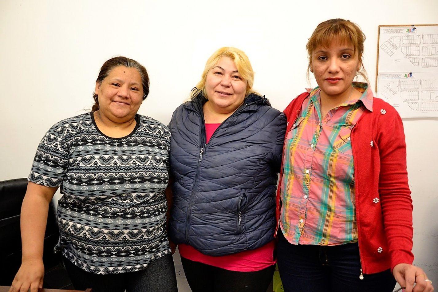 Ramona, en el centro, junto a Gladys y Paula, compañeras de trabajo quienes también colaboran con las tareas comunitarias que se llevan adelante en el