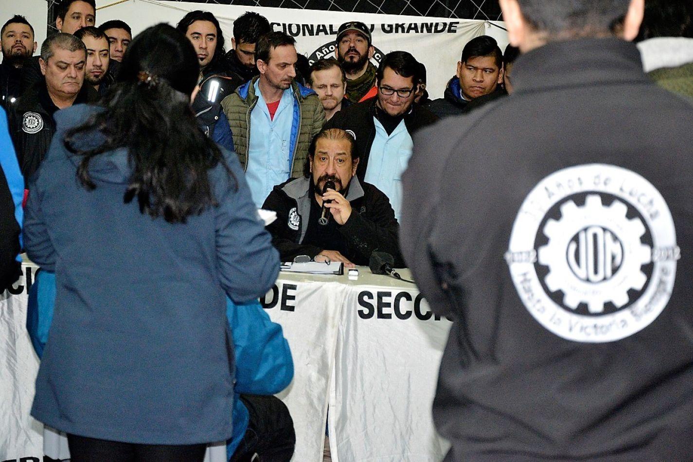 """Oscar Martínez fue crítico y aseguró que """"nos han entregado""""."""