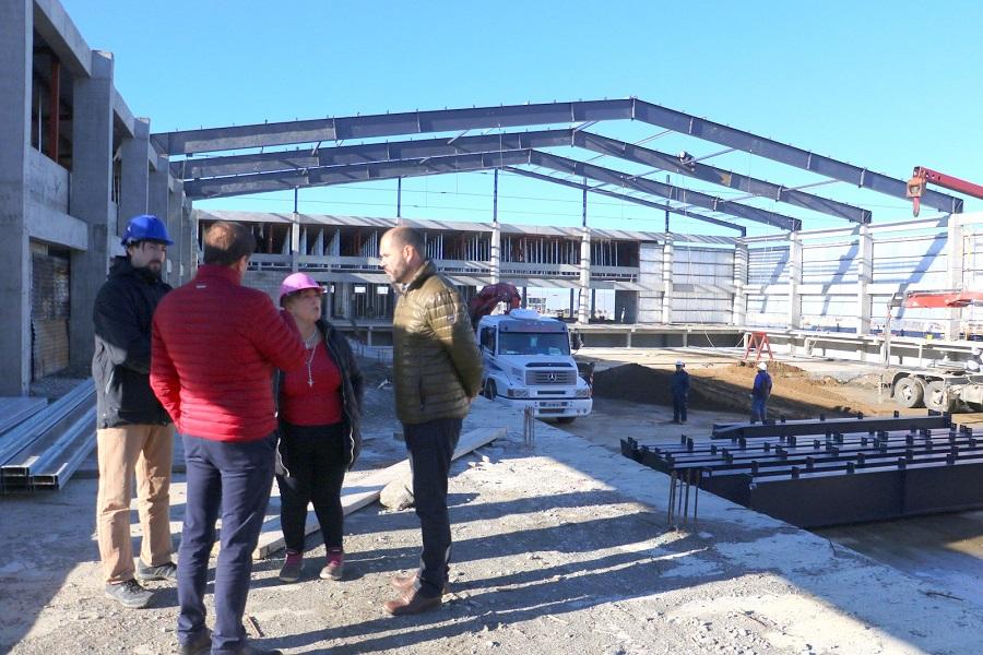 Colocan las cabreadas en la construcción del nuevo Natatorio de la ciudad