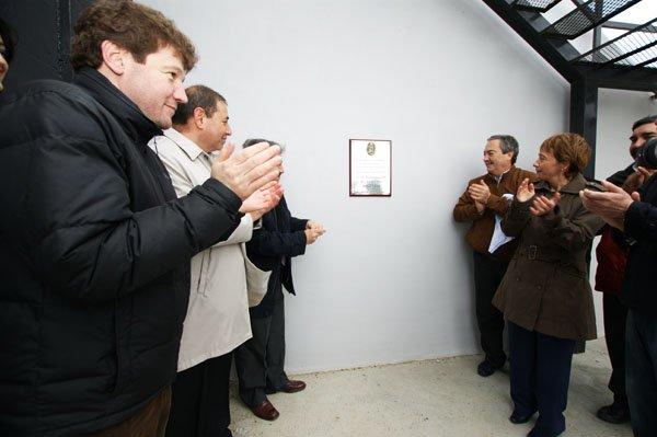 Martín descubre la placa conmemorativa junto a Ríos y Selser.