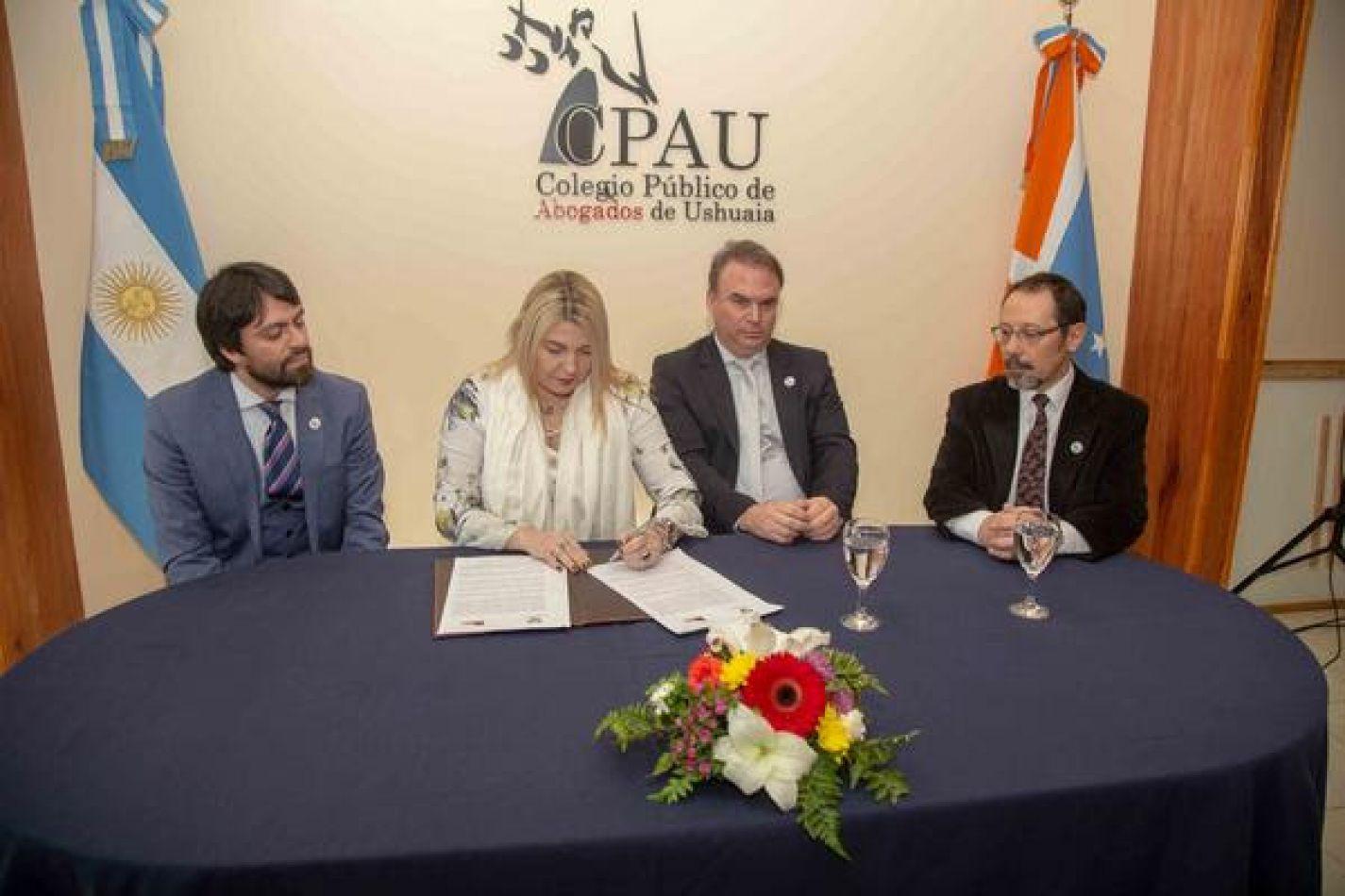 Firrma del convenio entre el Instituto Provincial de Vivienda y el Colegio Público de Abogados de Ushuaia.