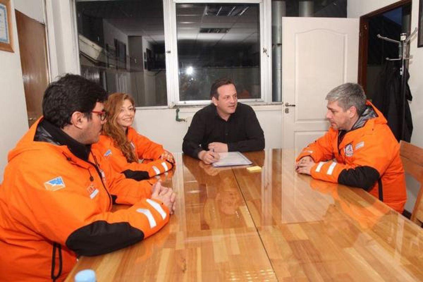 Secretario de Estado de Seguridad, Javier Eposto, junto a personal de Defensa Civil Provincial
