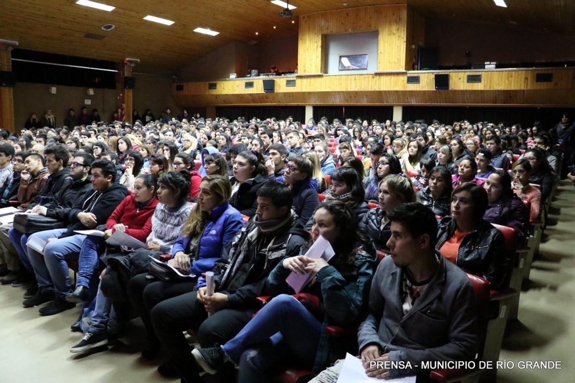 Estudiantes universitarios firmaron el convenio para recibir las Becas Municipales