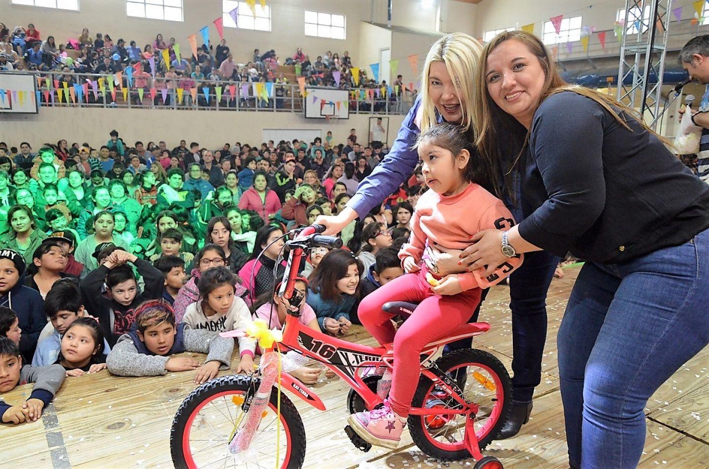 La Gobernadora Bertone y la legisladora Freites entegaron juguetes en el festejo por el Día del Niño.