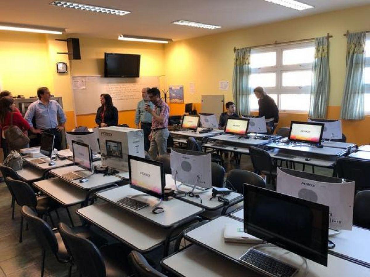 Entrega de computadoras al colegio Antártida Argentina