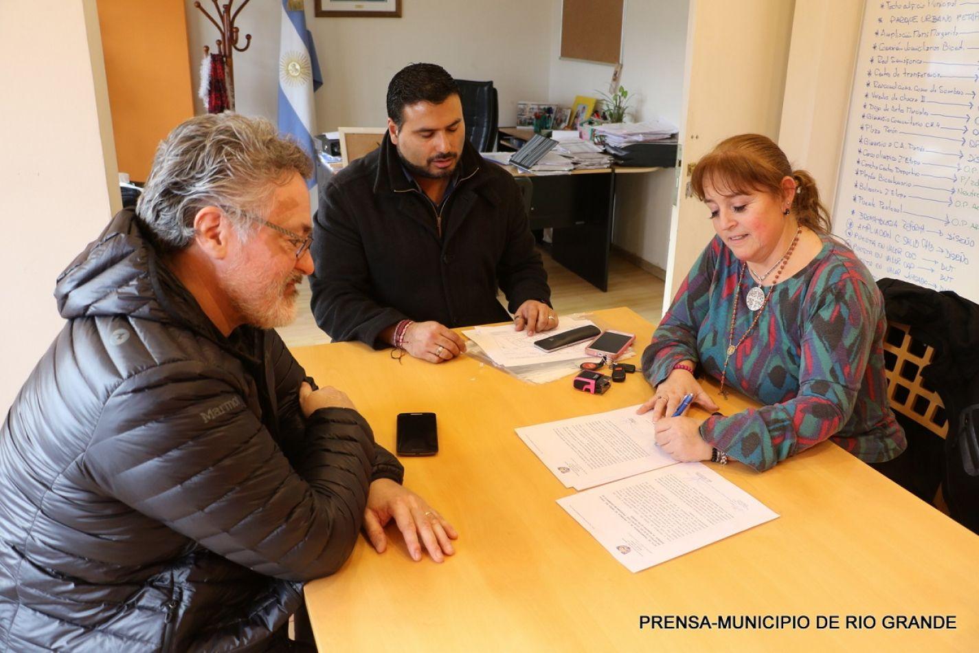 Representantes de las carteras de Obras de Provincia y Municipio firman la transferencia de obras.
