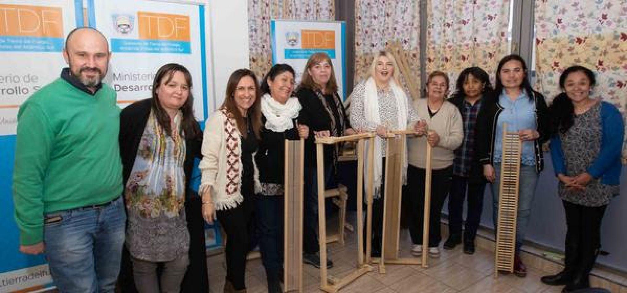 """Grupo """"Hilanderas y tejedoras de Tierra del Fuego"""" junto a la Gobernadora Rosna Bertone"""