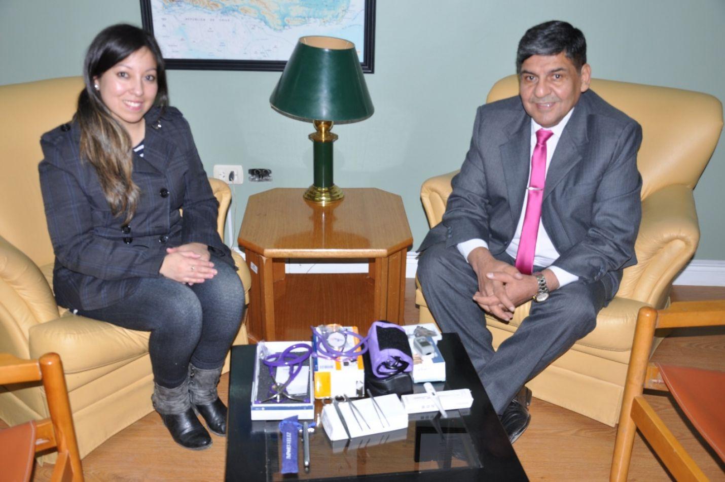 La joven Adriana Gutiérrez de visita al vicegobernador Juan Carlos Arcando .