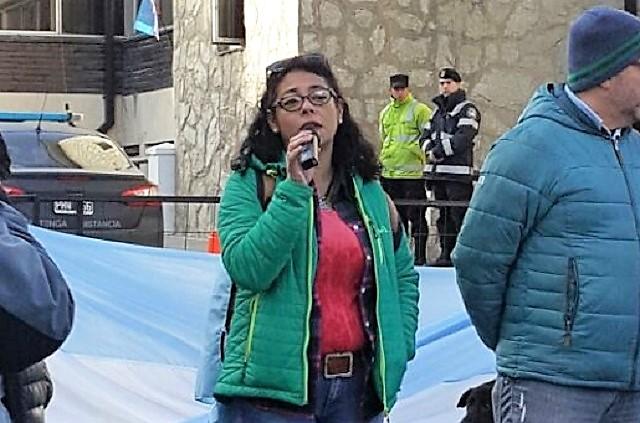 La secretaria General del Sadop Andrea Cabrera, en la manifestación en Ushuaia.
